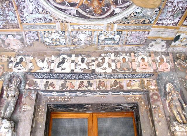 Аджанта. Оформление входа в одну из пещер. Обратите внимание на восемь изображений Будд и восемь супружеских пар