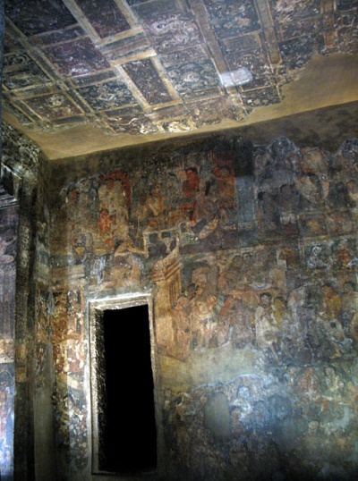 Аджанта. Некоторые пещеры покрывались фресками полностью