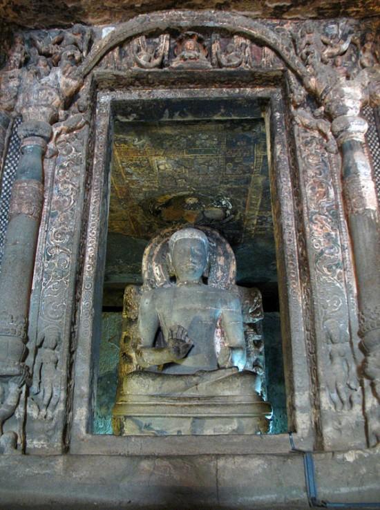 Аджанта. Потолок над фигурой Будды тоже расписан