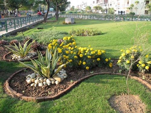 В городе очень много открытых мест, газонов с причудливым оформлением и цветами.