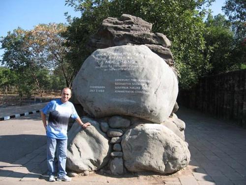 Придорожный камень, надпись гласит: «Направо поидешь – в Рок-гарден попадешь»
