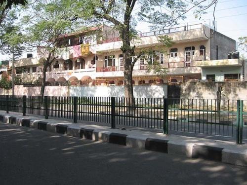 Улочка с жилыми домами.