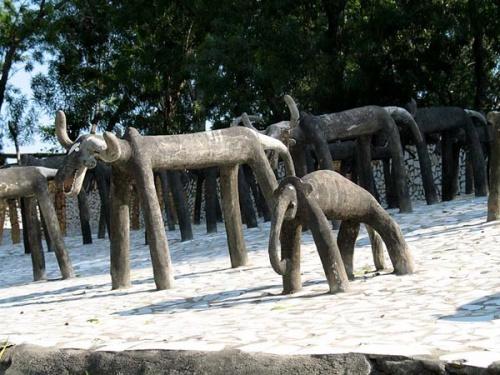 Слоники и коровки из цемента.