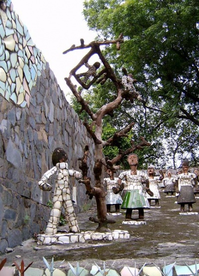 Большинство фигурок сделано из керамических осколков.