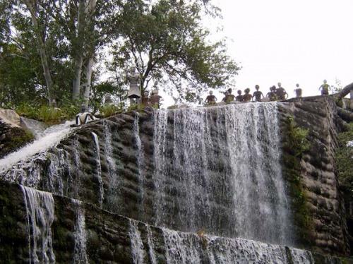 Жители большого водопада издалека приветствуют гостей.