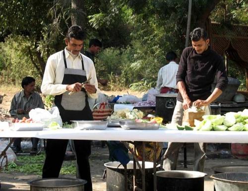Трудолюбивые индусы готовят угощения к празднику.
