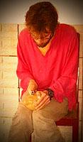 Артем пилит кокос перочинным ножом