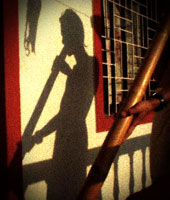 Тень Артема играет на народном инструменте австралийских аборигенов - диджериду. Закат в Дарамкоте
