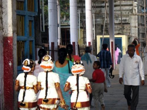 Юные танцовщицы входят в храм Шивы Натараджа