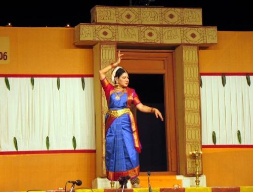 Исполнительницу кучипуди зовут Ратна Кумар. Она специально приехала из США, чтобы принять участие в фестивале Натьянджали.
