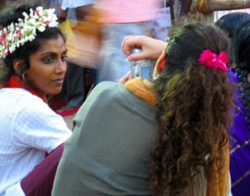 Лицо в толпе. Волосы девушки украшены длинной гирляндой из цветов жасмина