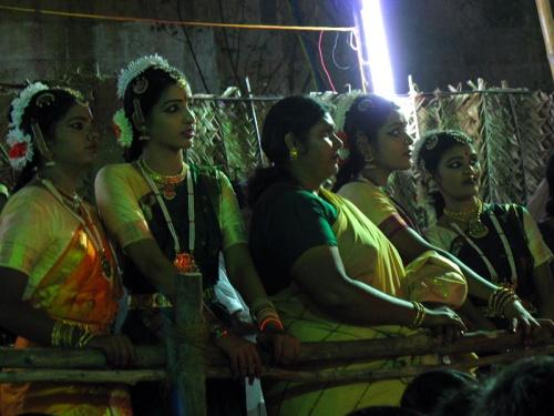 Танцовщицы внимательно следят за выступлением коллег