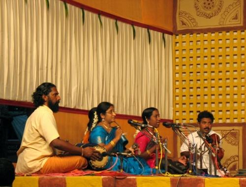 Каждому танцевальному колективу или исполнителю аккомпанирует своя группа музыкантов