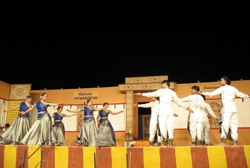На сцену вышли исполнители Катхака