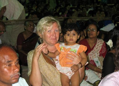 """опять из серии """"Лица публики"""". Наша попутчица Люба с тамильским детенком"""