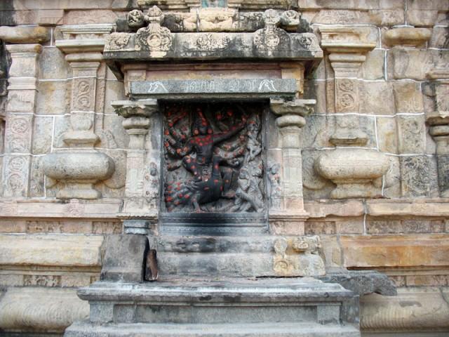 Бог Субраманья (Картикея), скульптура в нише стены.