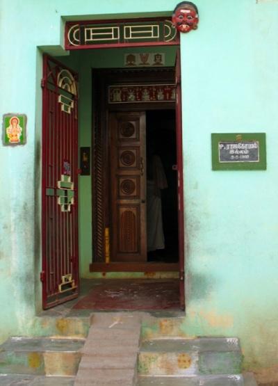 Чидамбарам. Вход в дом украшает традиционная маска демона, отпугивающая таких же демонов, а также изображение Ганеша