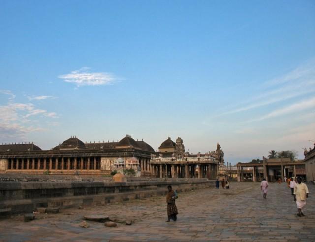 Чидамбарам. В храме Натараджа. За этим бордюром скрывается пруд Шиваганга, за ним виден тысячеколонный зал Раджа Сабха