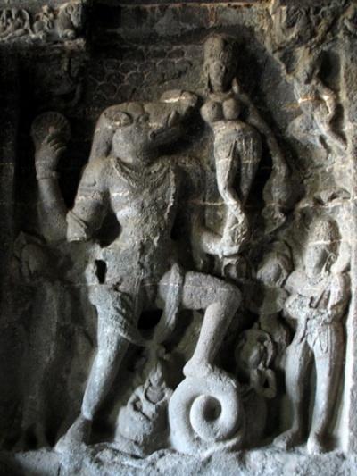 Эллора. Вараха-аватара - Вишну в образе вепря с супругой Лакшми.