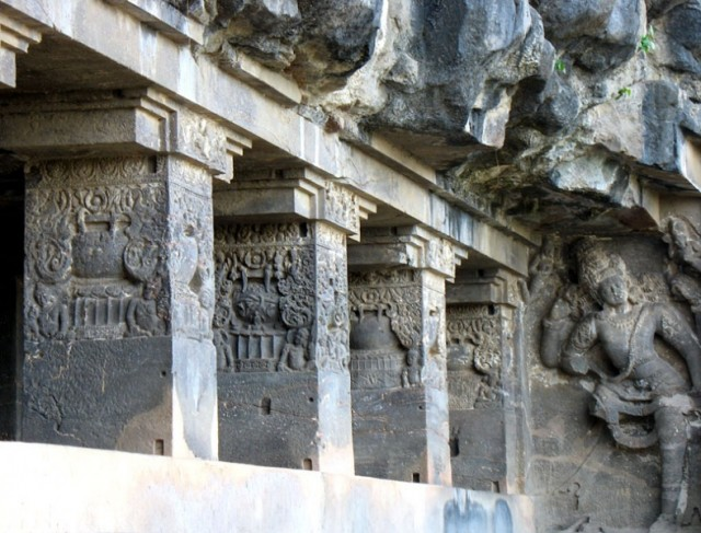 Эллора. Колонны пещерного храма