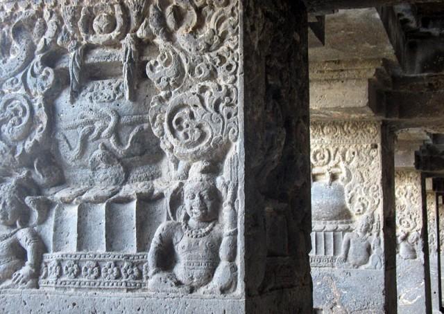 Эллора. Колонны покрыты изящным орнаментом и выглядят торжественно, как во дворце
