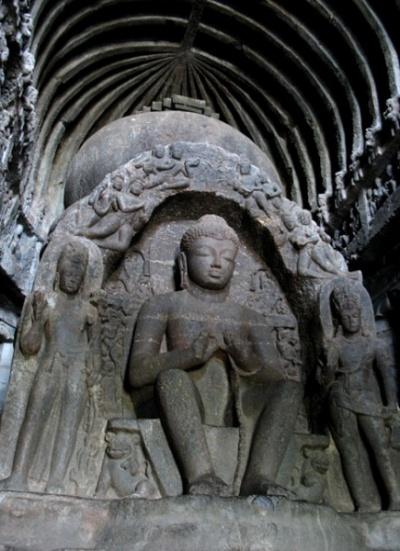 Эллора. Ступа в чайтье, украшенная изображением Будды