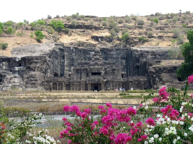 Эллора. Вот так шикарно выглядит вход в храм Кайлас, самое грандиозное сооружение в Эллоре