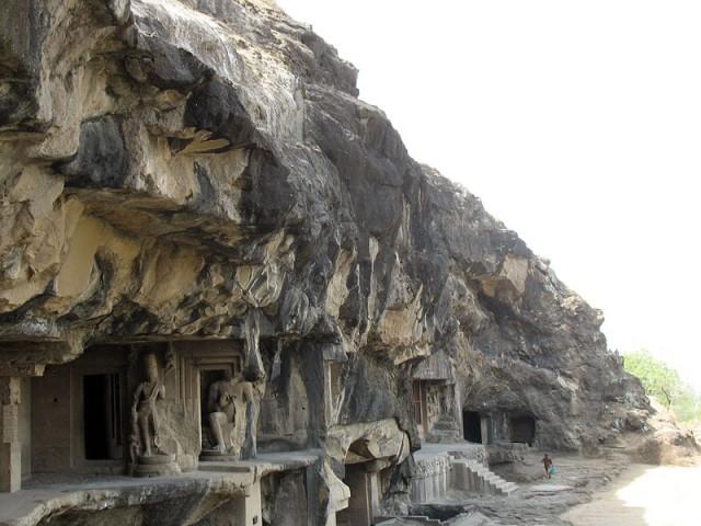 Эллора. Вид на пещеры