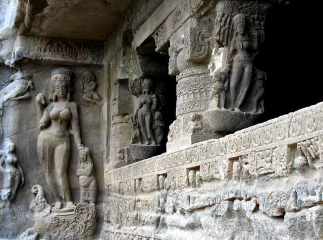 Эллора. Изящные фигуры украшают храм