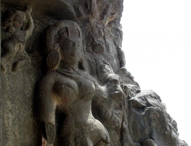 Эллора. Так серая каменная масса принимает приятную глазу форму женского тела.