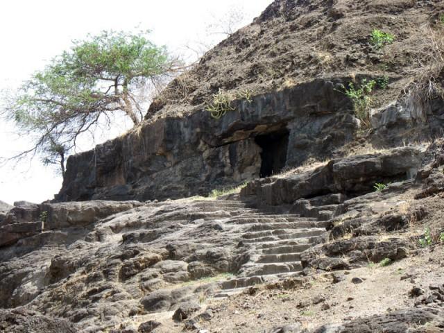 Эллора. Здесь есть и более аскетичные пещерные храмики. Здесь уже легко представить себе монаха-отшельника