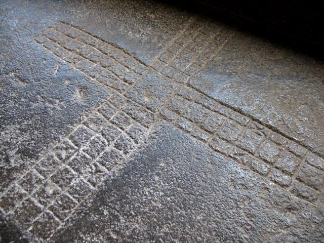 Эллора. Вот такие клетки часто можно увидеть в древних храмах на полу. Наверное, это для какой-то игры.