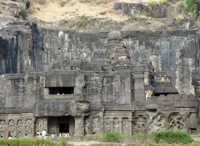 """Эллора. Вход в храм Кайлас отгорожен стеной с рельефами, отделяющей сакральное пространство храма от пространства """"улицы"""""""