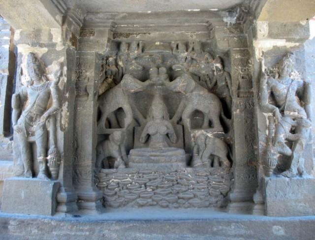 Эллора. Войдя в храм, сразу видишь изображение богини процветания Лакшми