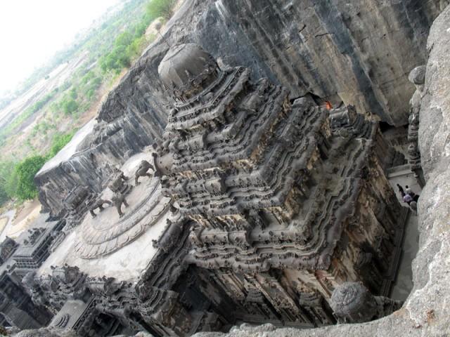 Эллора. Храм Кайлас. 29-метровая пирамидальная башня главного святилища