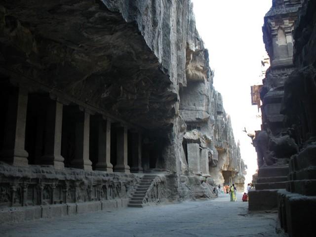 Эллора. Храм Кайлаш - не просто одно здание, а целый храмовый ансамбль.