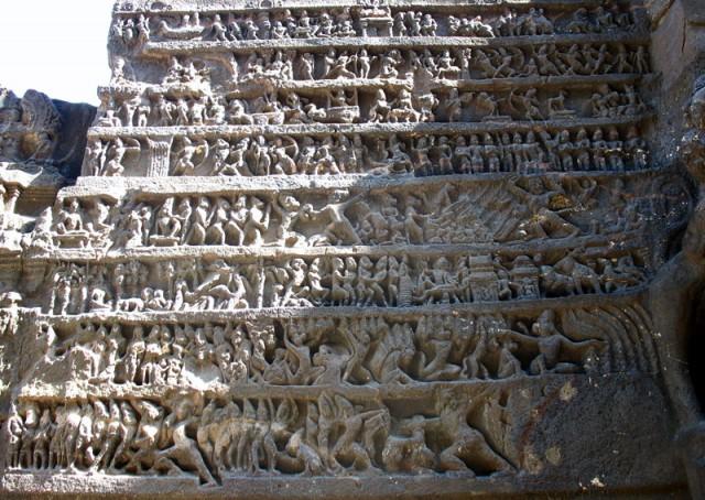 """Эллора. Храм Кайлаш. С правой стороны храма находится рельеф, изображающий события из """"Рамаяны"""""""