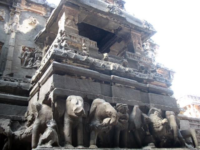 Эллора. Сам храм несут на себе слоны