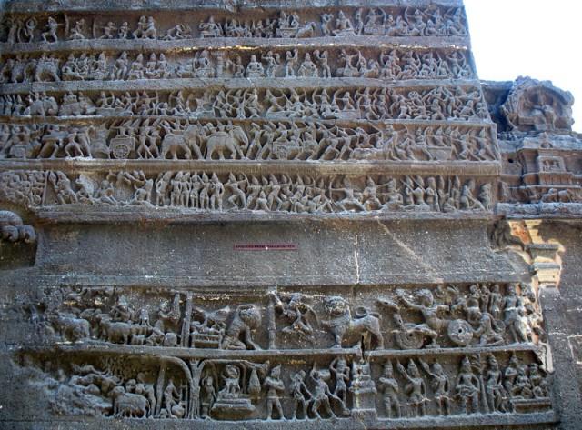 """Эллора. Храм Кайлаш. С левой стороны храма находится рельеф, изображающий события из """"Махабхараты""""."""