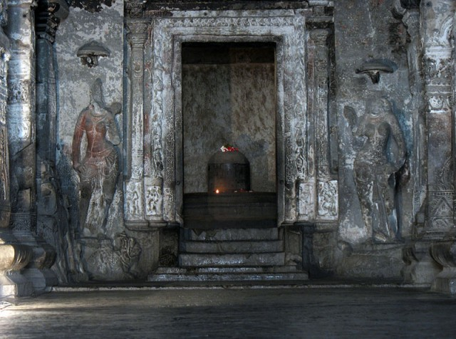 Эллора. Храм Кайлас. Божество Шива-лингам
