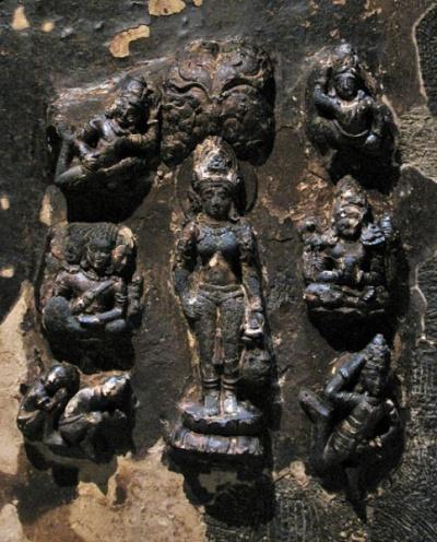 Эллора. Храм Кайлас. Внутри храма. Рельеф на потолке - богиня Анапурна, дающая пищу
