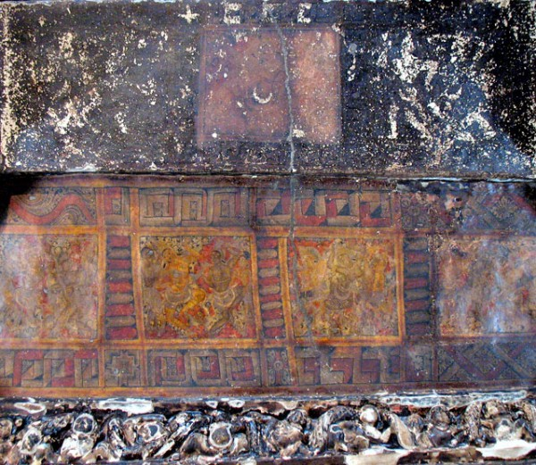Эллора. Храм Кайлас. Внутри храма. На потолке храма сохранилось совсем немного росписей, подобных росписям Аджанты