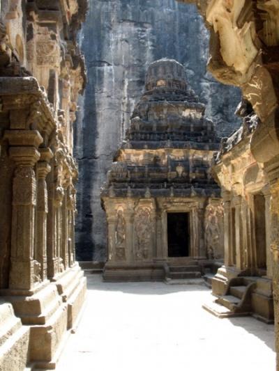 Эллора. Храм Кайлас. В храме Кайлас. Позади храма стоят святилища других богов.