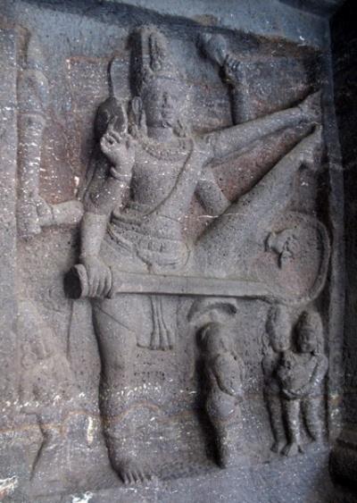 Эллора. Храм Кайлас. В галерее. Вамана-аватара Вишну. Вообще, особенность шиваитских храмов в том, что там зачастую есть место Вишну.