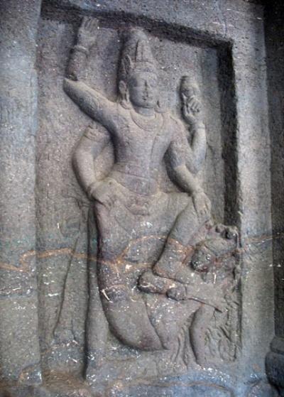 Эллора. Храм Кайлас. В галерее. А это, кажется, Кришна, поражающий змея Калию.