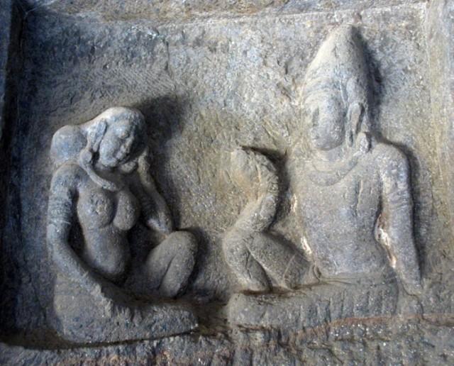 Эллора. Храм Кайлас. В галерее. Шива и Парвати: идеал семьи  - муж говорит, жена слушает.