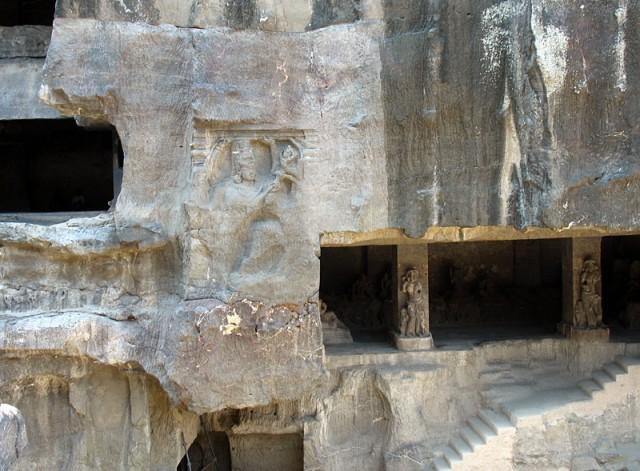 Эллора. Вид на Зал жертвоприношений (туда ведут ступени) со скульптурными изображениями Семи матерей (Сапта Матрикас).