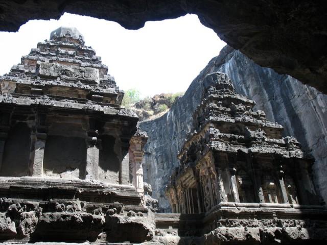Эллора. Храм Кайлаш. Говорят, что во время создания храма было выбрано 200 тысяч тонн камня