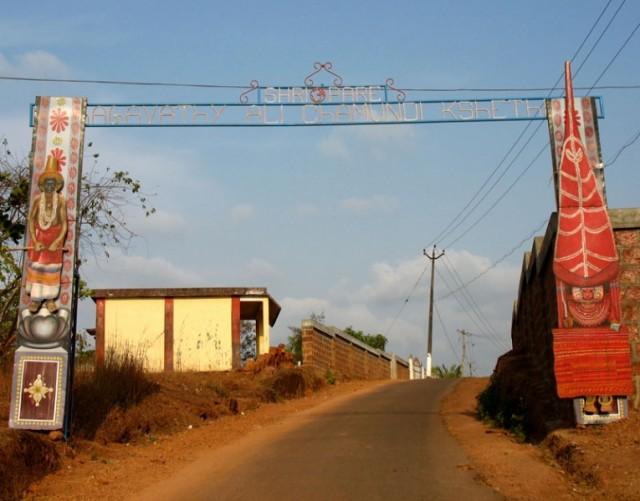 Тейям в Арикади. Ворота на дороге, ведущей к храму Али Чамунди Кшетрам. По бокам - изображения персонажей местного ритуала Тейям