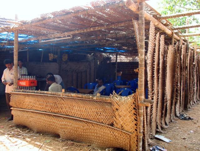 Импровизированное кафе, устроенное на время фестиваля у храма